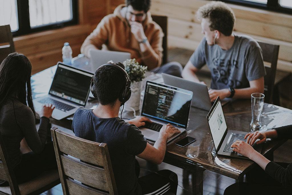 Alugar uma sala comercial proporciona conforto e privacidade a empresas com equipes maiores.